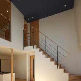 【Trilogy (三部作) − 西の家】  3区画の分譲地を統一デザイン (リビング・階段)