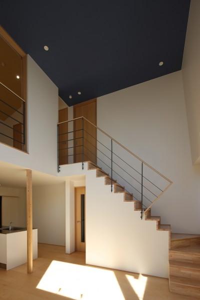 リビング・階段 (【Trilogy (三部作) − 西の家】  3区画の分譲地を統一デザイン)