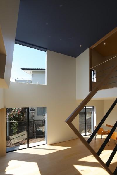 リビング (【Trilogy (三部作) − 西の家】  3区画の分譲地を統一デザイン)