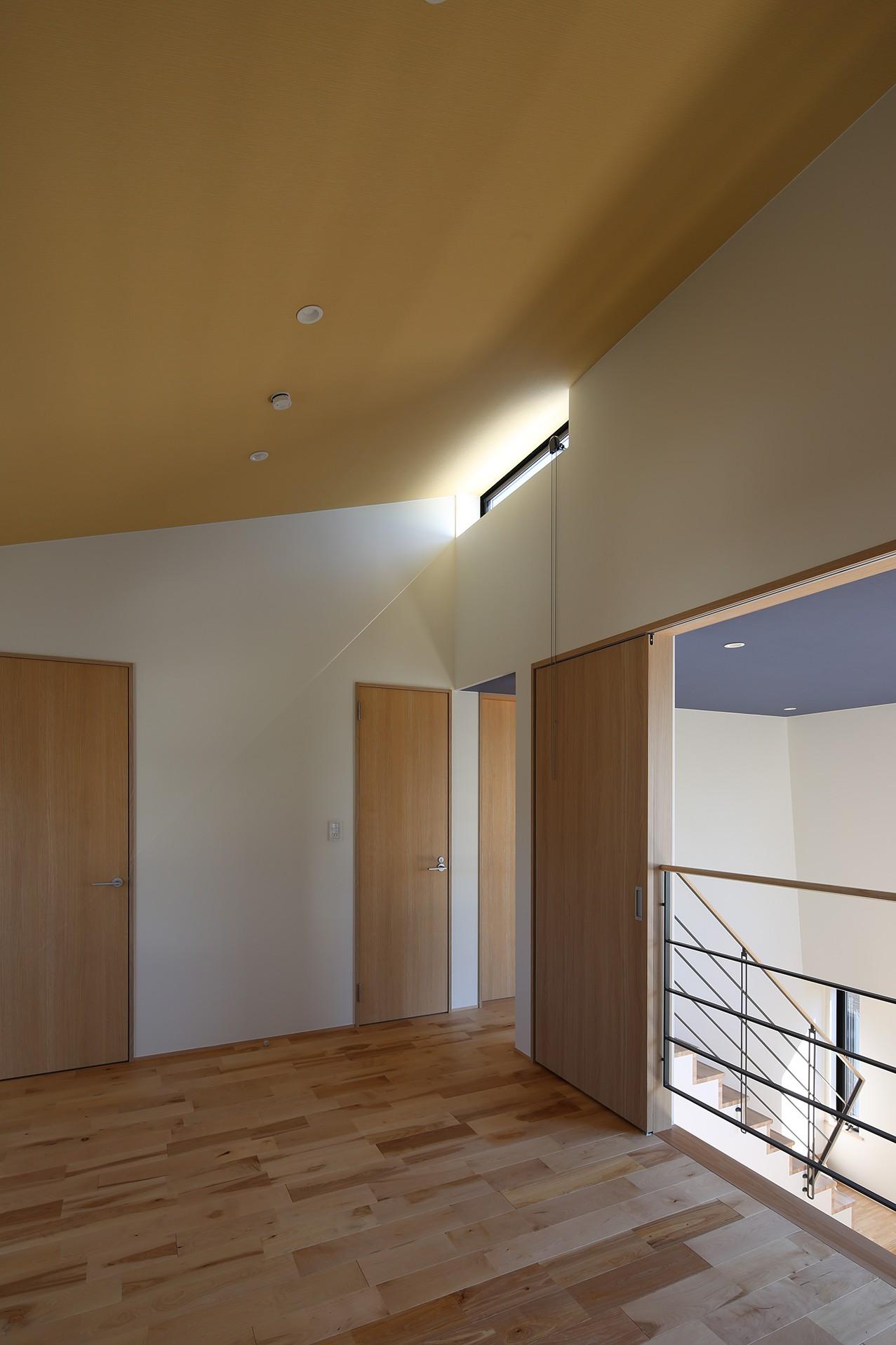 書斎事例:オープンスペース(【Trilogy (三部作) − 西の家】  3区画の分譲地を統一デザイン)