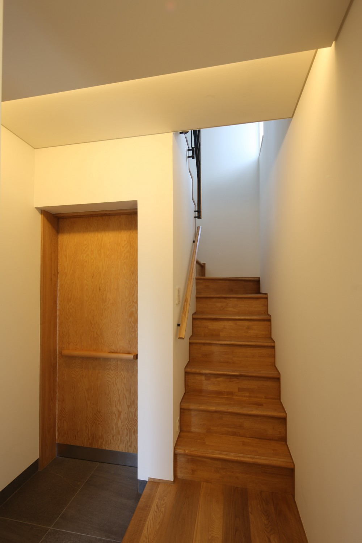 【Trilogy−北の家】 3つの分譲宅地で1つの世界をつくる (玄関・階段)