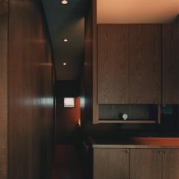 【アトリエの家】 80歳の画家のアトリエ+住居。これまでの生き方を内包し、これからの夢を育む (廊下)