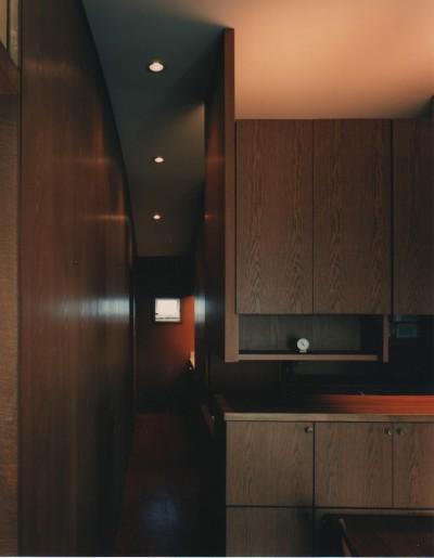 廊下 (【アトリエの家】 80歳の画家のアトリエ+住居。これまでの生き方を内包し、これからの夢を育む)