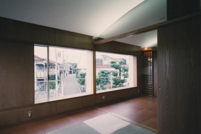リビング・和室 (【アトリエの家】 80歳の画家のアトリエ+住居。これまでの生き方を内包し、これからの夢を育む)