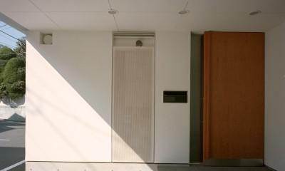 【スキップテラスの家】  テラスの段差が生み出す、外部空間の変化 (エントランス)
