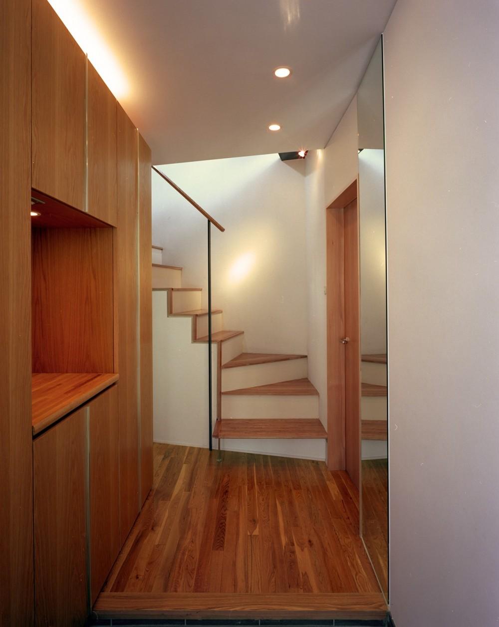 【スキップテラスの家】  テラスの段差が生み出す、外部空間の変化 (玄関・階段)