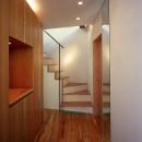 【スキップテラスの家】  テラスの段差が生み出す、外部空間の変化の写真 玄関・階段