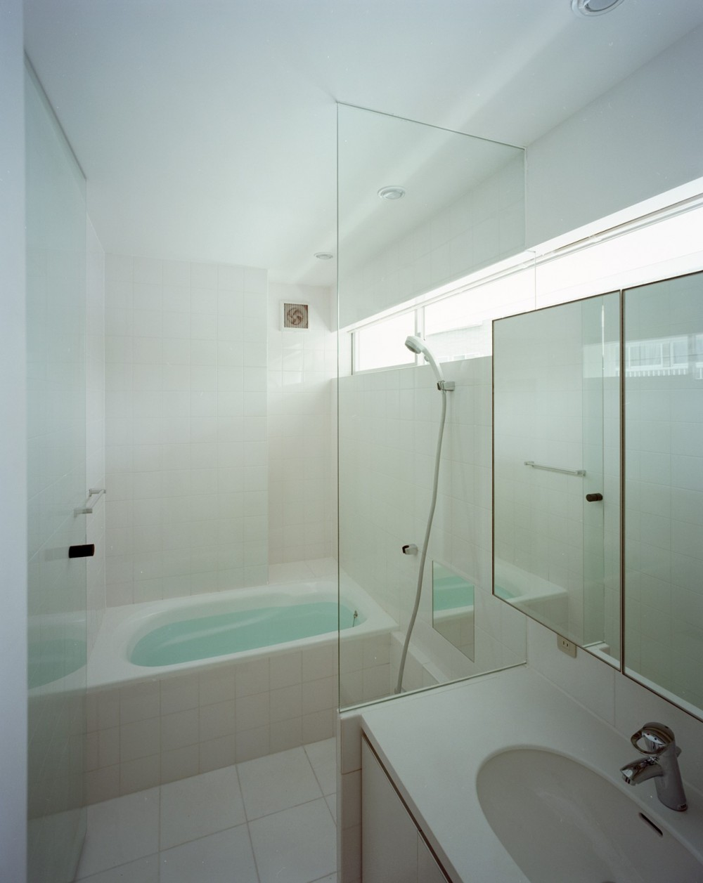 【スキップテラスの家】  テラスの段差が生み出す、外部空間の変化 (浴室・洗面)