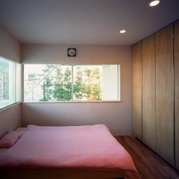 【スキップテラスの家】  テラスの段差が生み出す、外部空間の変化 (ベッドルーム)