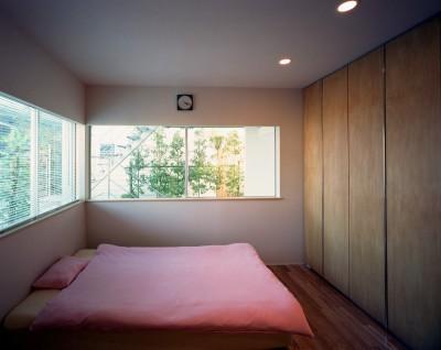 ベッドルーム (【スキップテラスの家】  テラスの段差が生み出す、外部空間の変化)