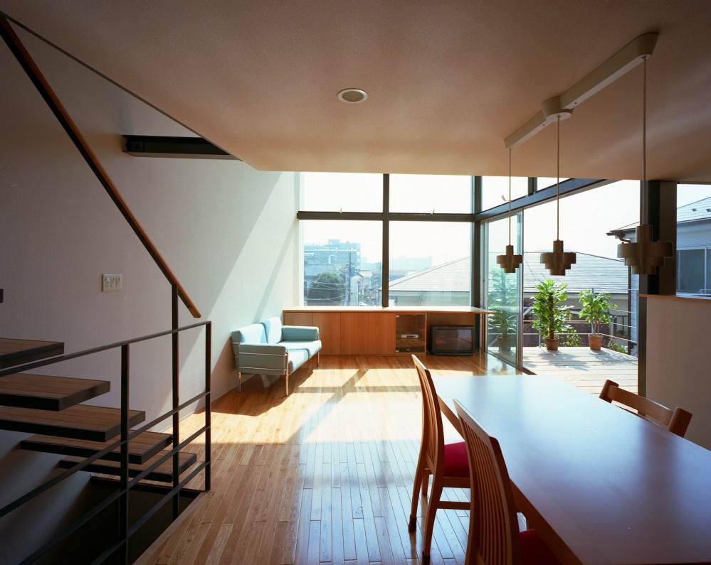 【スキップテラスの家】  テラスの段差が生み出す、外部空間の変化 (リビングダイニング)