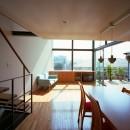 【スキップテラスの家】  テラスの段差が生み出す、外部空間の変化の写真 リビングダイニング