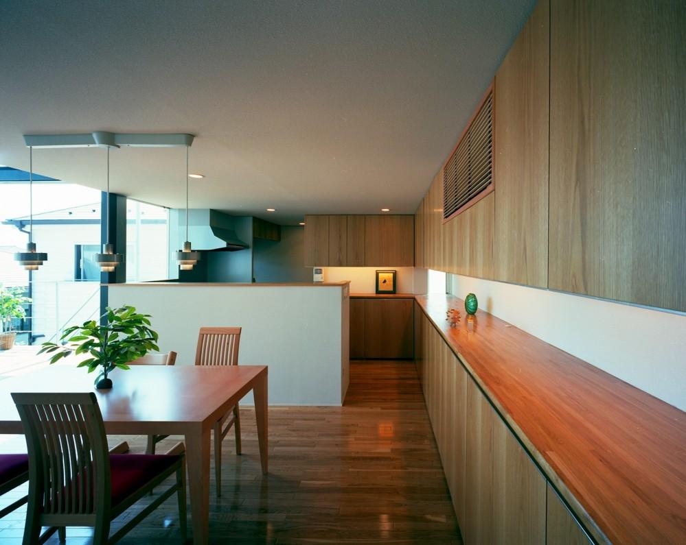 【スキップテラスの家】  テラスの段差が生み出す、外部空間の変化 (ダイニング)