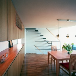 【スキップテラスの家】  テラスの段差が生み出す、外部空間の変化 (ダイニング・階段)