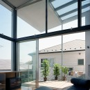 【スキップテラスの家】  テラスの段差が生み出す、外部空間の変化の写真 リビング・テラス