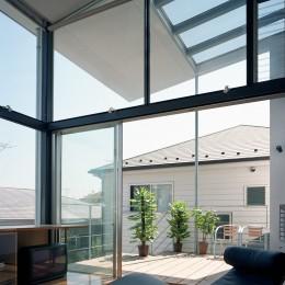 【スキップテラスの家】  テラスの段差が生み出す、外部空間の変化 (リビング・テラス)