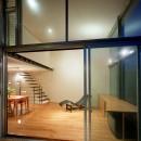 【スキップテラスの家】  テラスの段差が生み出す、外部空間の変化の写真 リビング(テラスから眺める)