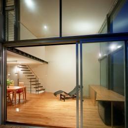 【スキップテラスの家】  テラスの段差が生み出す、外部空間の変化 (リビング(テラスから眺める))
