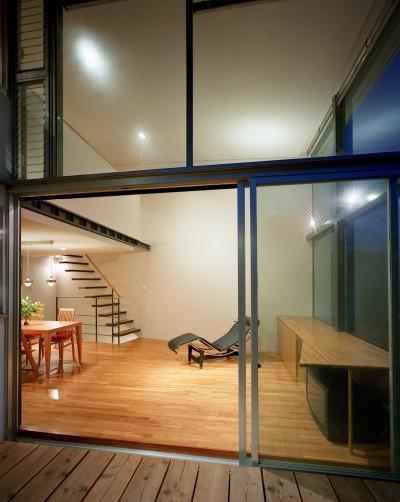 リビング(テラスから眺める) (【スキップテラスの家】  テラスの段差が生み出す、外部空間の変化)