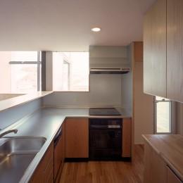 【スキップテラスの家】  テラスの段差が生み出す、外部空間の変化 (キッチン)