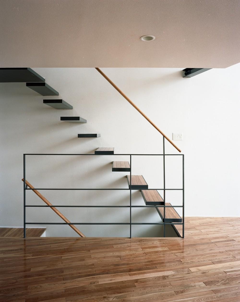 【スキップテラスの家】  テラスの段差が生み出す、外部空間の変化 (階段)