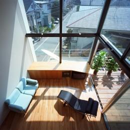 【スキップテラスの家】  テラスの段差が生み出す、外部空間の変化 (リビング・吹抜)