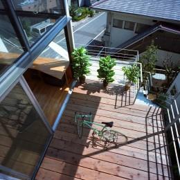 【スキップテラスの家】  テラスの段差が生み出す、外部空間の変化 (テラス)
