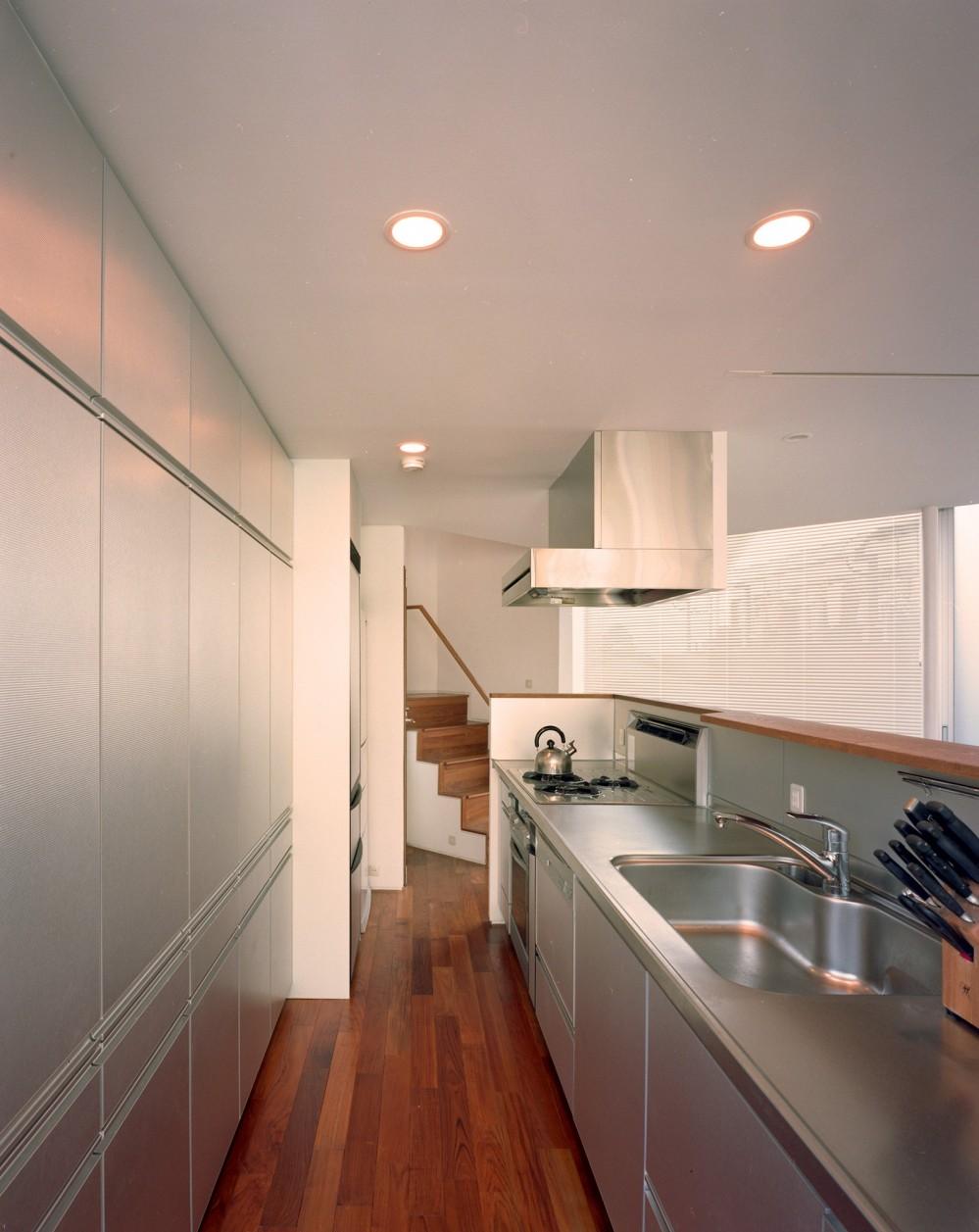 【トライアングル・ハウス】 空間に変化を生み出す三角形平面 (キッチン)
