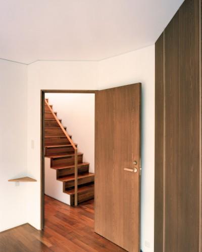 階段 (【トライアングル・ハウス】 空間に変化を生み出す三角形平面)