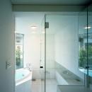 【トライアングル・ハウス】 空間に変化を生み出す三角形平面の写真 浴室・洗面