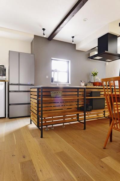 キッチン前にはオープン収納スペース (横浜市H様邸 ~キッチンから始まる生活~)
