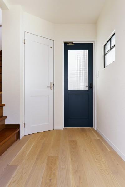 扉と室内窓のある廊下 (横浜市H様邸 ~キッチンから始まる生活~)