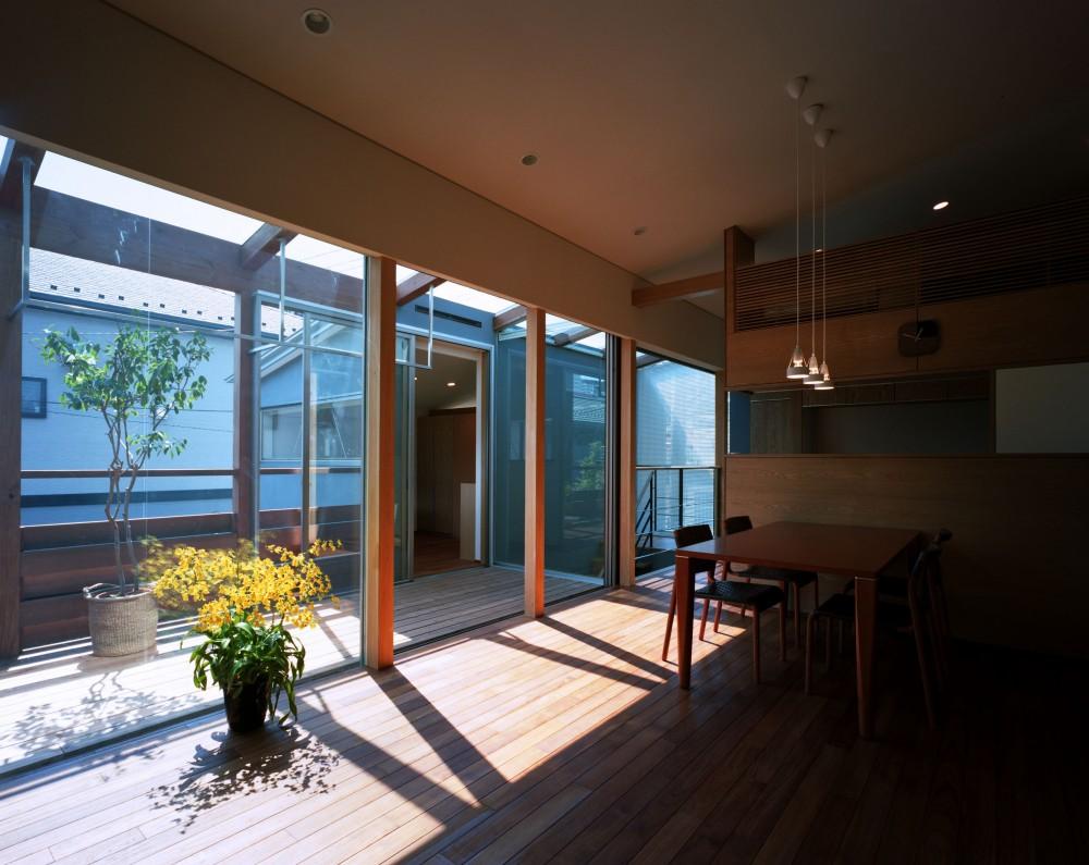 【光渓の家】  家の中央を貫く光 (リビングダイニング・テラス)