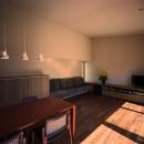 【光渓の家】  家の中央を貫く光の写真 リビングダイニング