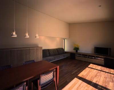 【光渓の家】  家の中央を貫く光 (リビングダイニング)