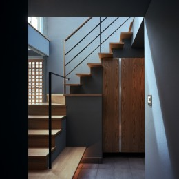 【光渓の家】  家の中央を貫く光 (玄関)