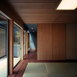 【光渓の家】  家の中央を貫く光 (和室)