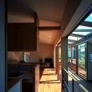 【光渓の家】  家の中央を貫く光の写真 廊下からリビングを眺める