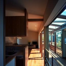 【光渓の家】  家の中央を貫く光 (廊下からリビングを眺める)