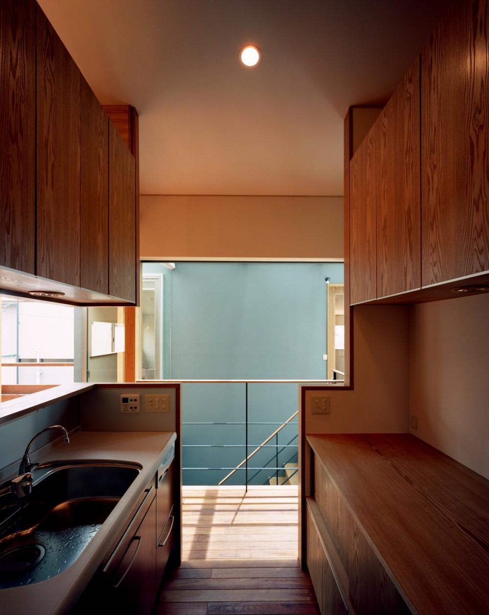 【光渓の家】  家の中央を貫く光 (キッチン)