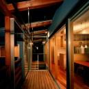 【光渓の家】  家の中央を貫く光の写真 テラス