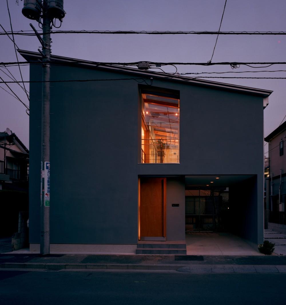 【光渓の家】  家の中央を貫く光 (外観)