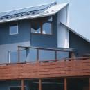 【市川の家】 光を求めて空へとのびるOMソーラーの家の写真 外観