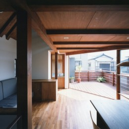 【市川の家】 光を求めて空へとのびるOMソーラーの家 (リビングからテラスを眺める)