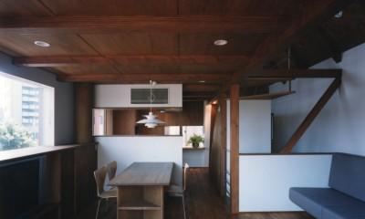 【市川の家】 光を求めて空へとのびるOMソーラーの家 (リビングダイニング)
