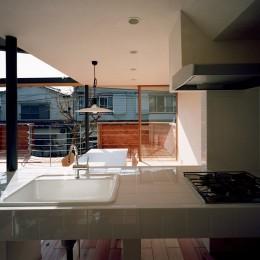 【柿の木を抱く家】   既存の木への愛着が生んだ家 (キッチンからリビングダイニングを眺める)