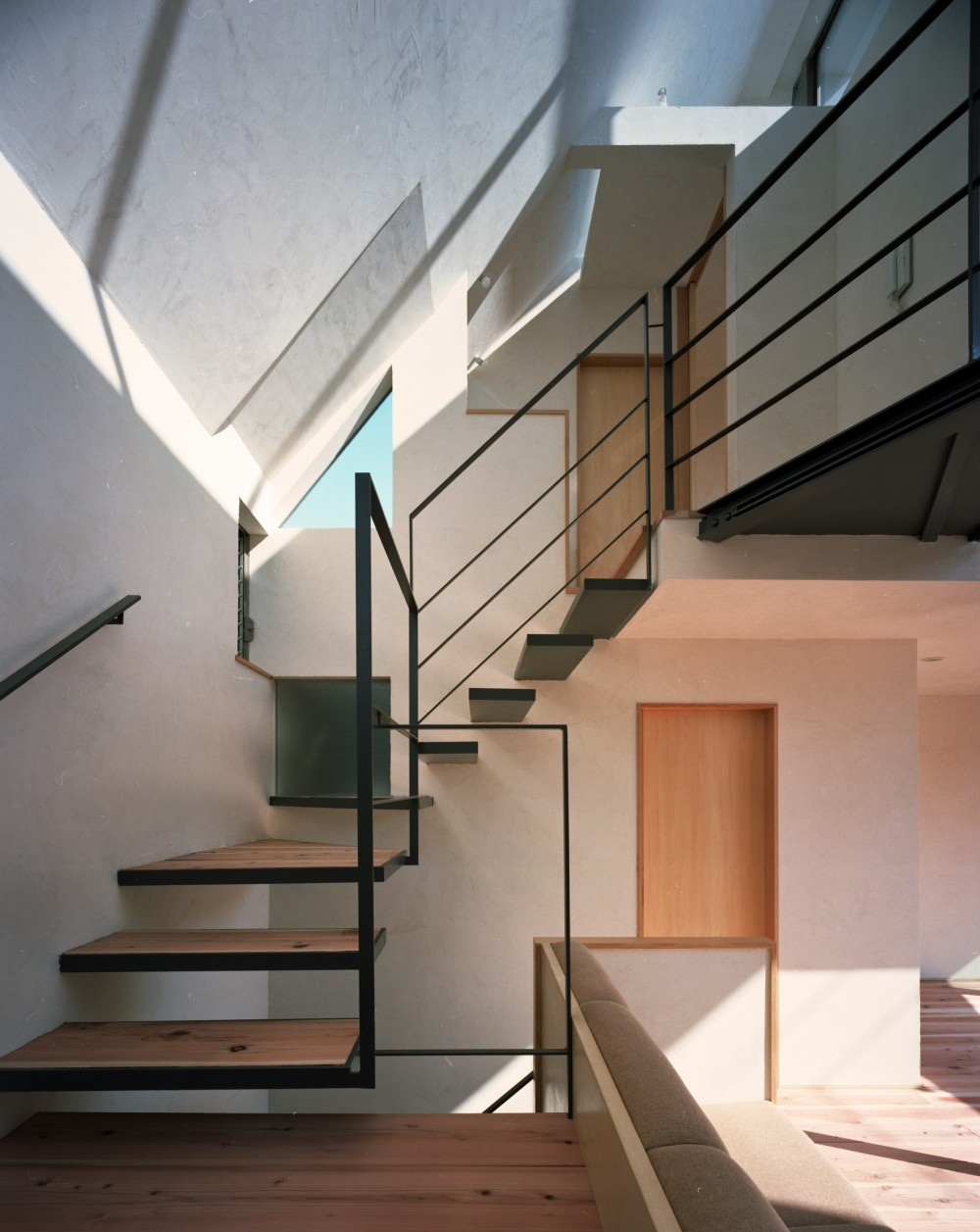 【柿の木を抱く家】   既存の木への愛着が生んだ家 (階段)