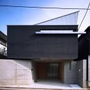【宙空のコートハウス】 壁に囲まれたプライバシー完全な家の写真 外観