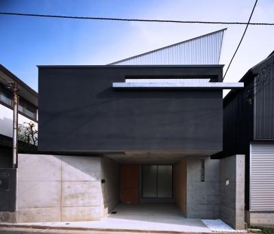 外観 (【宙空のコートハウス】 壁に囲まれたプライバシー完全な家)