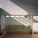 【宙空のコートハウス】 壁に囲まれたプライバシー完全な家の写真 リビング ソファスペース